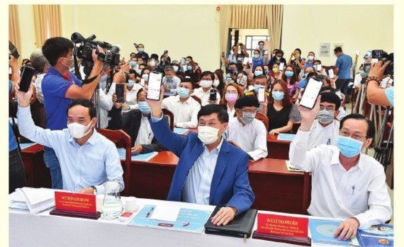 HCM City leaders attends the launching ceremony calling for public support to fight  COVID-19. (Photo: SGGP)