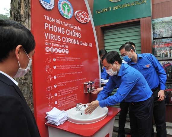The first public handwashing station is inaugurated in Hanoi. (Photo: SGGP)