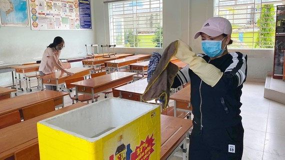 The custodial staff are cleaning and disinfecting Nguyen Trai  primary school in District 12, HCMC. (Photo: SGGP)