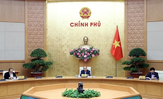 Prime Minister Nguyen Xuan Phuc (centre) chairs the meeting on April 15 (Photo: VNA)