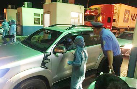 Staff at a post for COVID-19 prevention and control in HCMC checks vehicles. (Photo: SGGP)