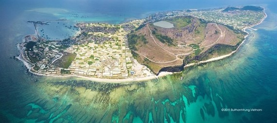 An overview of Ly Son island, off the coast of Quang Ngai province (Photo: VNA)