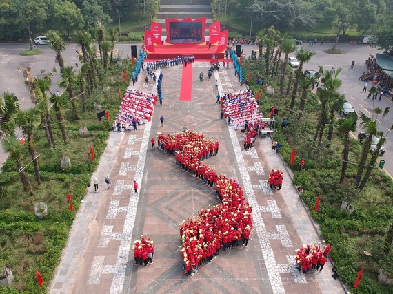 1,000 youth form the S-shaped map of Vietnam in the opening ceremony at the National Historic Site Hung Temple (Phu Tho province)