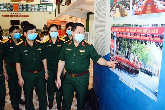 Lieutenant general Nguyen Trong Nghia and delegates at the photo exhibition at Ho Chi Minh Campaign Museum
