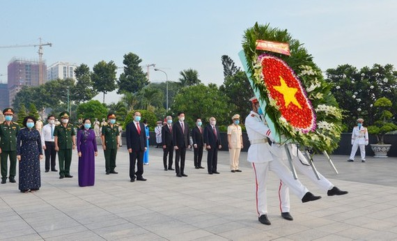 Secretary of the municipal Party Committee, Nguyen Thien Nhan led a delegation of city leaders to offer incense and flowers at Ho Chi Minh City Martyrs Cemetery. (Photo: SGGP)