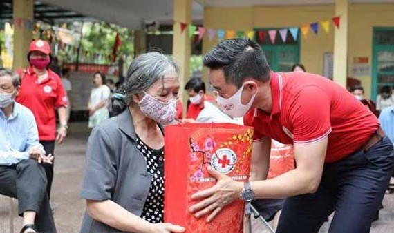 Residents in difficult circumstances receive gifts from the Vietnam Red Cross Society (Photo: VNA)