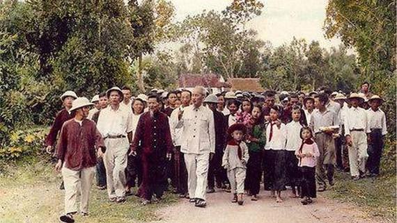 Live link-up TV program celebrates President Ho Chi Minh's 130th birthday
