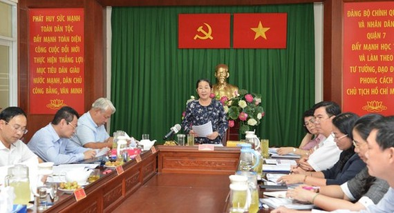 Vice Secretary of the Ho Chi Minh City Party Committee Vo Thi Dung works with the authorities of District 7. (Photo: SGGP)