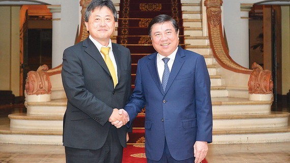 Chairman of Ho Chi Minh City People's Committee Nguyen Thanh Phong (R) and Chief Representative of the Japan International Cooperation Agency (JICA) Vietnam office, Akira Shimizu  (Photo: SGGP)