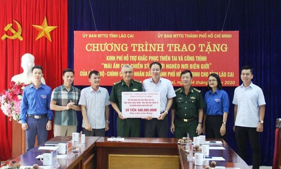 A delegation of HCMC's officials offers gifts to needy people in Lao Cai Province.