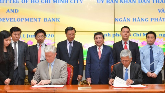 At the signing ceremony of the MoU between HCM City and ADB (Photo: SGGP)