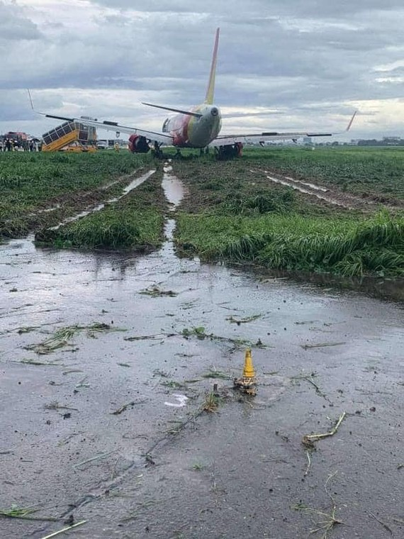 Vietjet plane slides off runway at Tan Son Nhat Airport
