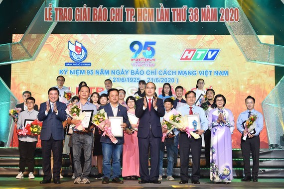 Secretary of HCMC Party Committee, Nguyen Thien Nhan and winners of the 38th HCMC Press Awards 2020 (Photo: SGGP)