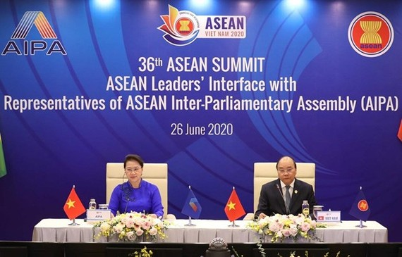 Prime Minister Nguyen Xuan Phuc (R) and National Assembly Chairwoman Nguyen Thi Kim Ngan at the event (Photo: VNA)