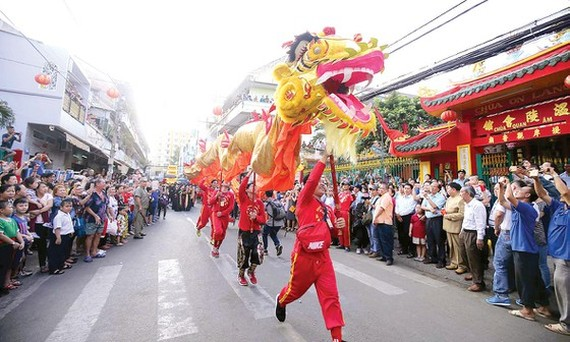 A performance of kylin and dragon dances in Nguyen Tieu Festival in China Town (Photo: SGGP)