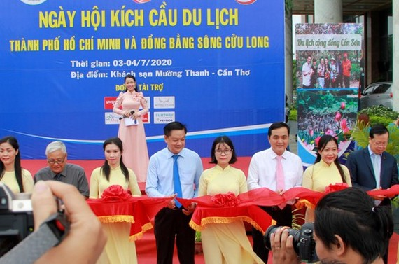 At a ribbon-cutting ceremony of the event (Photo: SGGP)