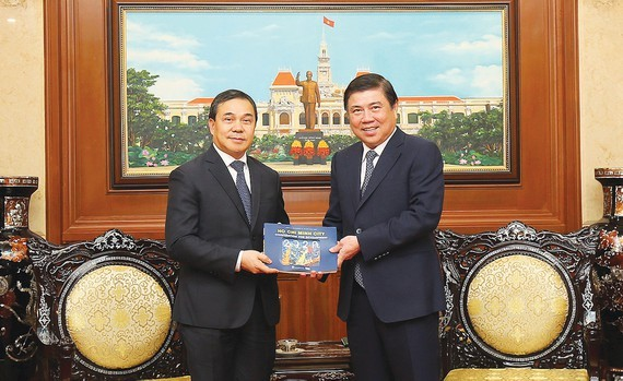 Chairman of HCMC People's Committee Nguyen Thanh Phong (R ) receives ambassador of Laos to Vietnam, Sengphet Houngboungnuang on July 7 (Photo: SGGP)