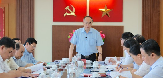 Secretary of the HCMC Party Committee Nguyen Thien Nhan speaks at the meeting. (Photo: SGGP)