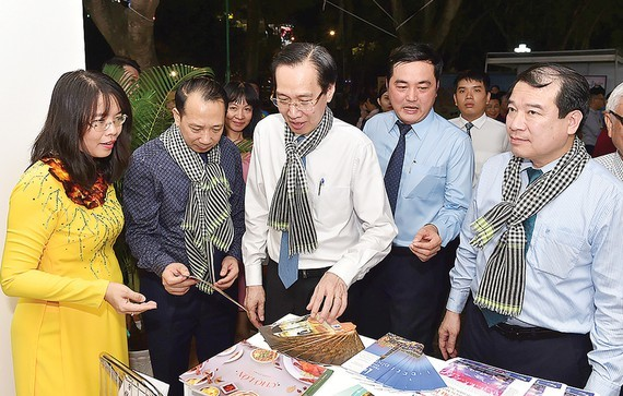 Standing Vice Chairman of the HCM City's People Committee Le Thanh Liem attends the event. (Photo: SGGP)