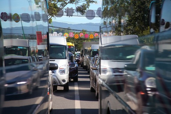 A large number of queued vehicles on streets