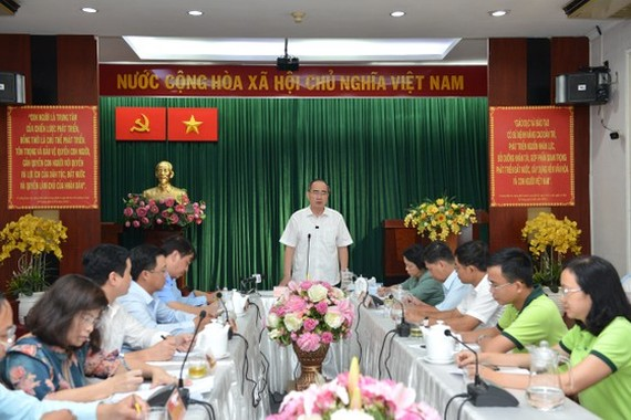 Secretary of the HCMC Party Committee Nguyen Thien Nhan has a working session with District 1's authorities. (Photo: SGGP)