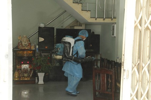 Members of the medical teamspray disinfectanttosanitize house of the 418th case.  (Phoro: SGGP)