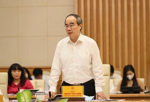 Secretary of HCMC Party Committee Nguyen Thien Nhan speaks at the meeting.