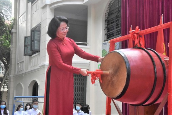 Vice State President, Dang Thi Ngoc Thinh beats the drum to start the new school year at Le Quy Don High School.