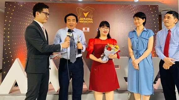 """Frontline healthcare workers of Bach Mai Hospital is honored with the title, """"Person of the year"""" at the VTV Awards 2020."""