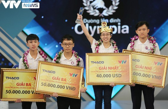 Nguyen Thi Thu Hang, a student of Kim Son A High School in Ninh Binh province wins the Road to Olympia Peak Contest 2020.
