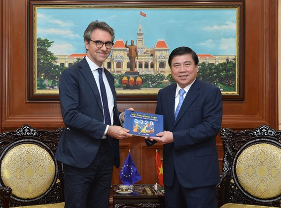 Chairman of the People's Committee of HCMC, Nguyen Thanh Phong (R) and Ambassador of the European Union to Vietnam, Giorgio Aliberti