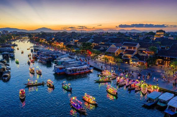 """The picture, """"Boats of paper lanterns"""" by Tran Minh Luong receives the first prize at the photo contest."""
