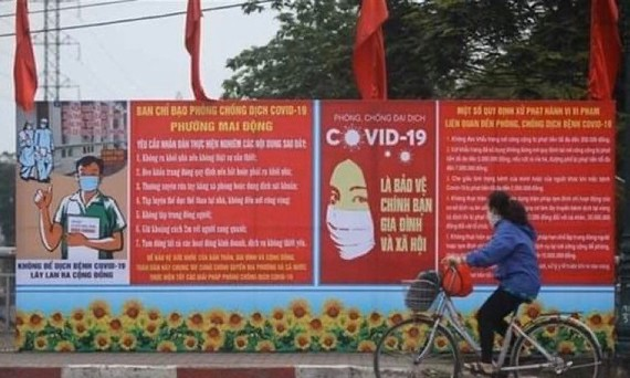 A billboard sharing COVID-19 prevention measures on a street in Hanoi (Photo: VNA)
