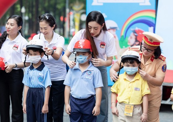 Nearly 2 million quality helmets are presented to first grade students nationwide in the new school year 2020-2021. (Photo: SGGP)