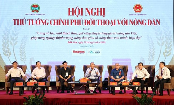 Prime Minister Nguyen Xuan Phuc on September 28 held a dialogue with more than 300 farmers in the central and Central Highlands regions in Dak Lak province's Buon Ma Thuot city. (Photo: VNA)