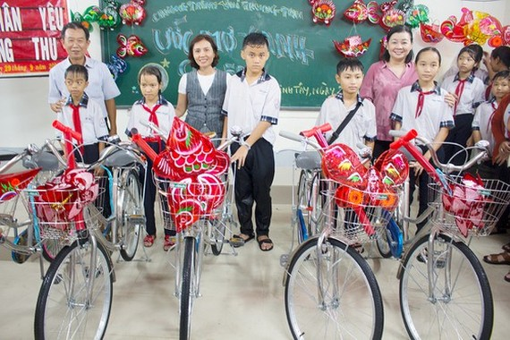 A delegation of the Sai Gon Giai Phong Newspaper visits and presents mid-autumn festival gifts to children in Long An Province.