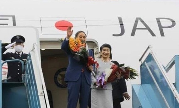 Japanese Prime Minister Suga Yoshihide and his spouse leave Hanoi on October 20. (Photo: VNA)