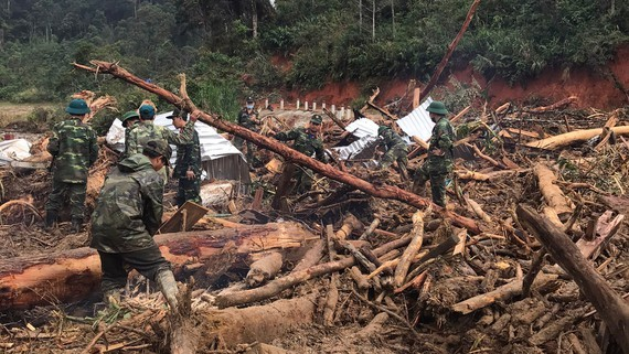 The search and rescue operation for missing people in Phuoc Son District's Phuoc Loc Commune in Quang Nam Province has been temporarily suspended due to the storm Goni.
