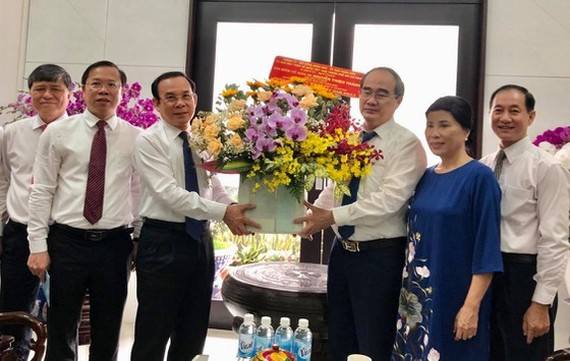 Secretary of the Party Central Committee, Secretary of HCMC Party Committee Nguyen Van Nen pays a visit to the late Professor-Doctor Nguyen Thien Thanh. (Photo: SGGP)