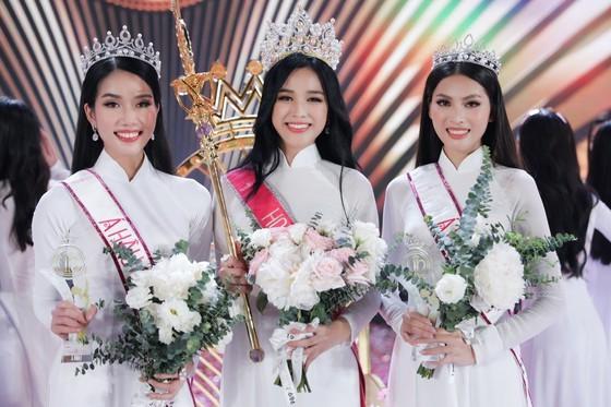 Do Thi Ha (C) crowns Miss Vietnam 2020.