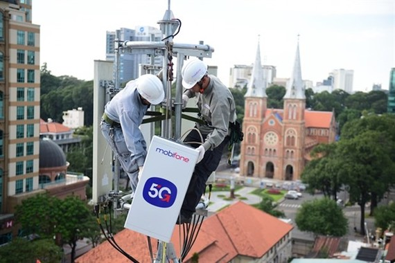 MobiFone's staff install equipment preparing for the launch of the 5G commercial pilot in HCM City next month. (Photo courtesy of MobiFone)