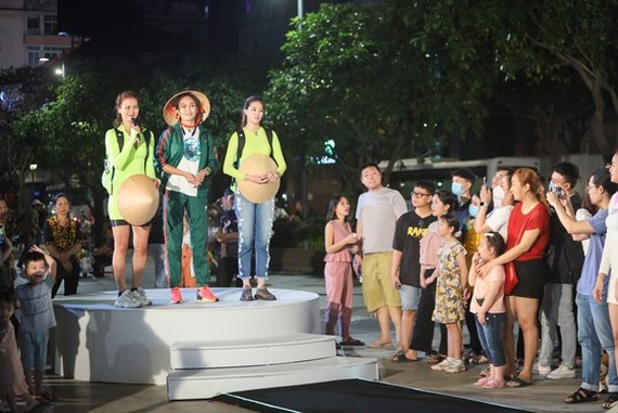 The Non La hat (traditional Vietnamese palm-leaf conical hat) team in the game in Nguyen Hue walking street