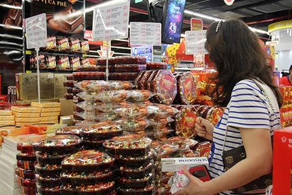 Consumers should buy Tet confectionery products only from reputed sellers (Source: VNA)