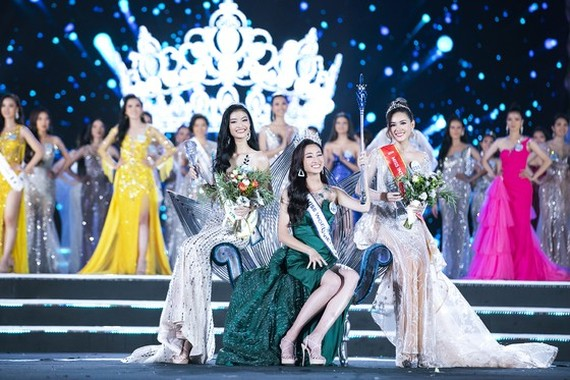 Luong Thuy Linh (C) crowns Miss World Vietnam 2019. The fisrt and second runners-up went to Nguyen Ha Kieu Loan (L)  and Nguyen Tuong San