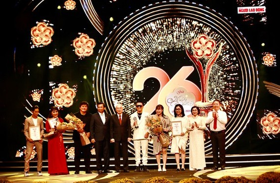 Head of the Propaganda Department of the City Party Committee, Phan Nguyen Nhu Khue (C), Vice Chairman of HCMC People's Committee Duong Anh Duc (R), Former deputy Secretary of the HCMC Party Committee, Nguyen Thi Thu Ha (2nd, R) present awards to artists.