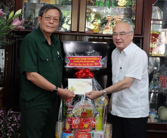 Head of the Propaganda Department of the City Party Committee, Phan Nguyen Nhu Khue (R)  pays Tet visit to Colonel Le Kim Bang. (Photo: SGGP)