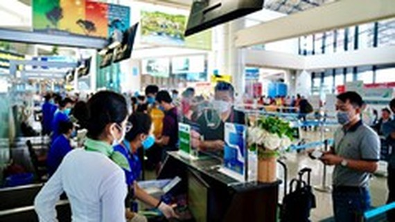 Laborers get free air tickets to travel home for Tet