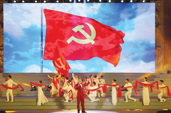 """People's Artist Ta Minh Tam performs in the """"Pride of the Vietnamese Communist Party"""" concert. (Photo: SGGP)"""