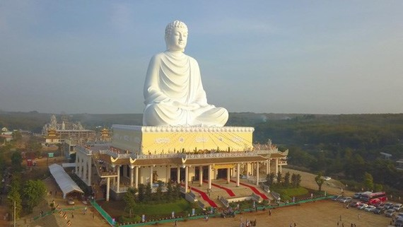 The 73-m-high sitting Buddha statue on top of the Phat Quoc Van Thanh Pagoda's main palace (Photo: tuoitre.vn)