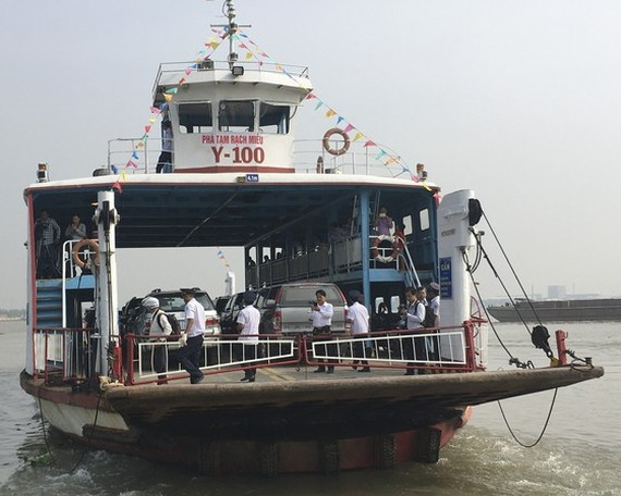 The first ferry departs from Rach Mieu temporary ferry station. (Photo: SGGP)